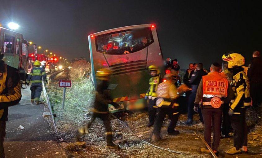 """זירת תאונת האוטובוס (צילום: תיעוד מבצעי מד""""א)"""