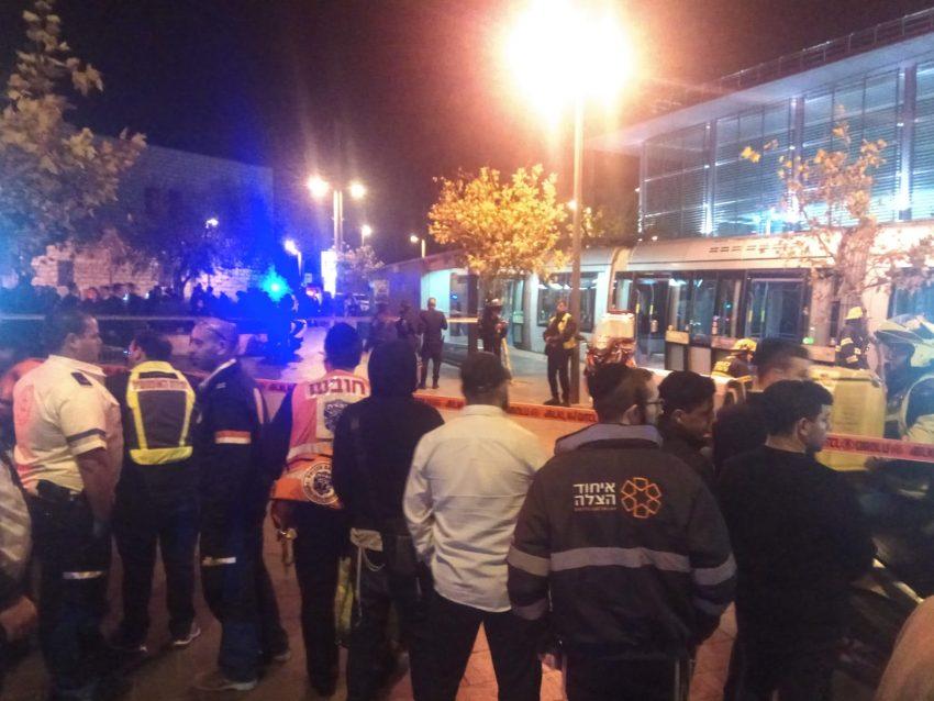 סמוך לזירת התאונה בתוואי הרכבת הקלה (צילום: מוישי סגל, תיעוד מבצעי איחוד הצלה)