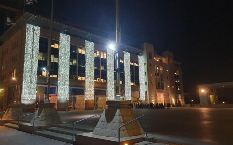 בנייני עיריית ירושלים מוארים (צילום: עינת גומל)