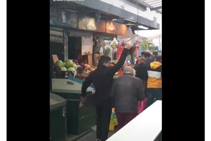 מתוך הווידאו שבו החשוד משליך כובע של קשיש בשוק מחנה יהודה (צילום: רץ ברשת, מפורסם לפי סעיף 27א' לחוק זכויות היוצרים. נשמח לתת קרדיט לבעל הסרטון)