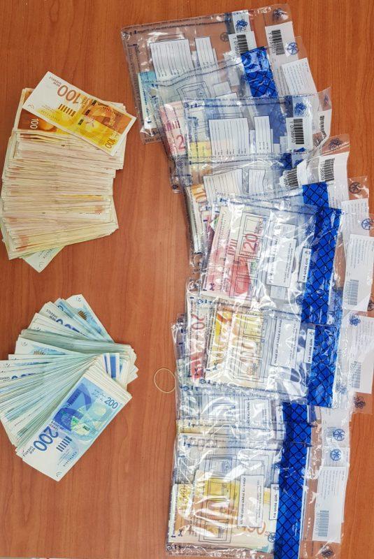 הכסף שנתפס בפשיטת המשטרה על דירת ההימורים (צילום: דוברות המשטרה)
