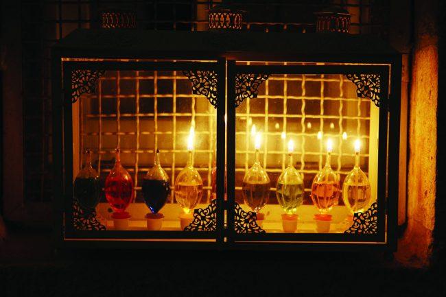 חנוכיות ברובע היהודי (צילום: באדיבות הקרן למורשת הכותל)