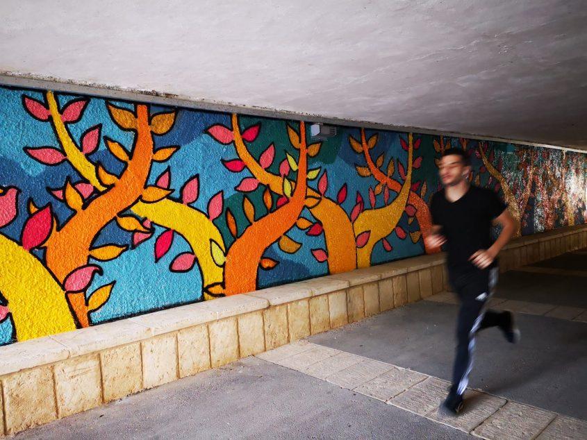 ציור הקיר במנהרה בגן סאקר (צילום: דוד ביבי)