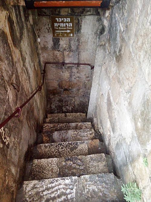 """השער הרומי המדרגות היורדות מהמגדל לכיכר (צילום: ד""""ר אדם אקרמן)"""