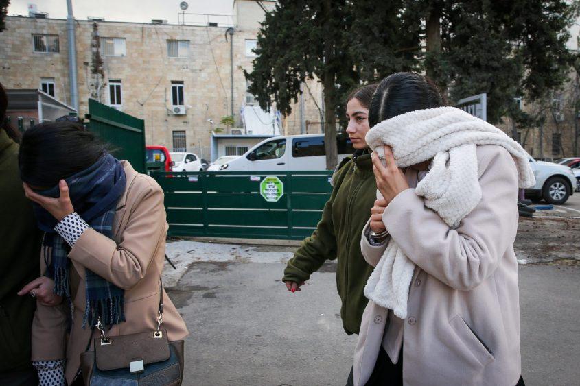 """חלק מהנשים שנעצרו, סמוך לבית משפט השלום בירושלים - אהרון רמתי חשוד בניהול כת (צילום: """"הארץ"""")"""