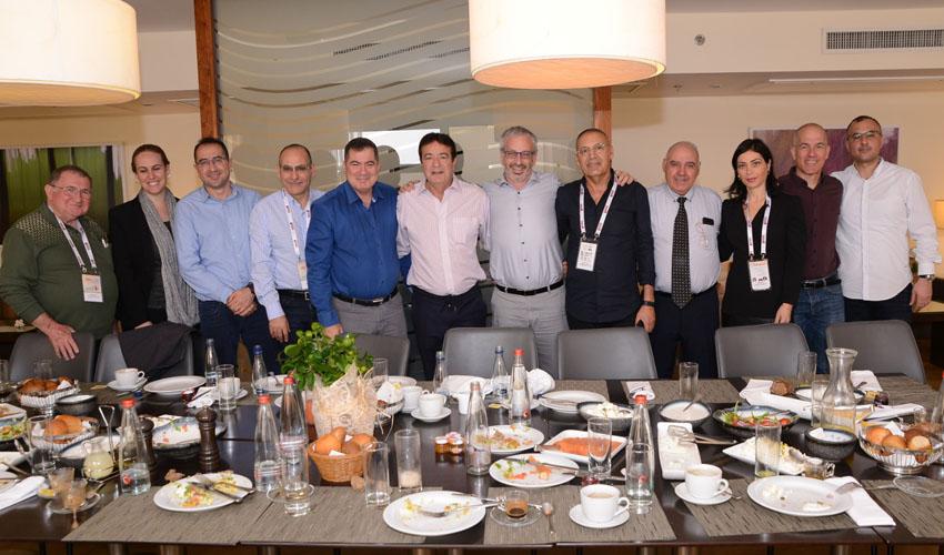 חברי הנהלת ארגון בוני ירושלים וארגון בוני באר שבע בכנס השנתי בים המלח (צילום: שמואל אדלר)