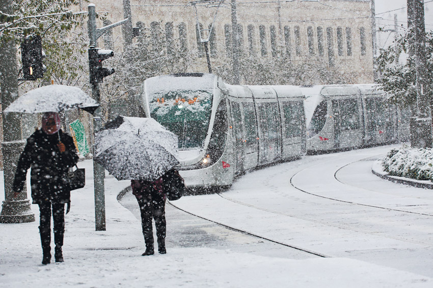 הרכבת הקלה בשלג 2013 (צילום: אוליבייה פיטוסי)