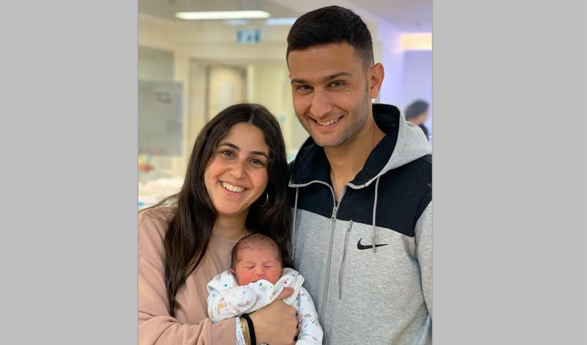 הזוג אביתר ומור ברוכיאן והמתנה החדשה לשנת 2020 (צילום: שערי צדק)