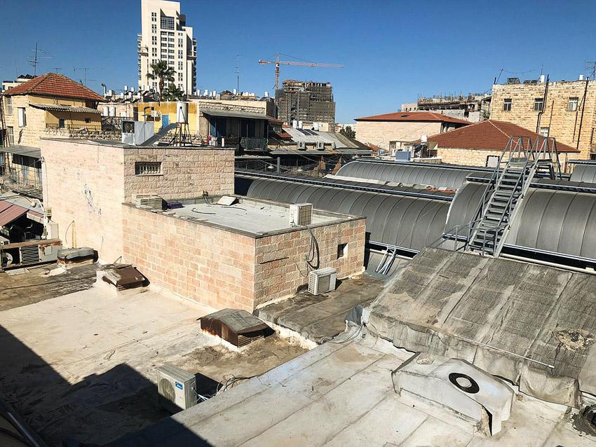 ניקיון גגות שוק מחנה יהודה ׁׁ(צילום: יריב גורי)