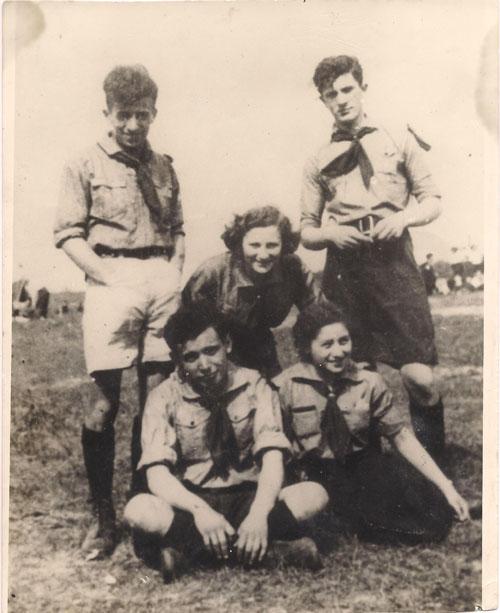 """מימין מרדכי אנילביץ' ושרנקה (יושבת) היחידים שהשתתפו במרד בצילום זה התמונה צולמה ב1937 והייתה ההשראה לפסל של רפופורט """"בדמי חיי"""" (צילום: פרטי)"""