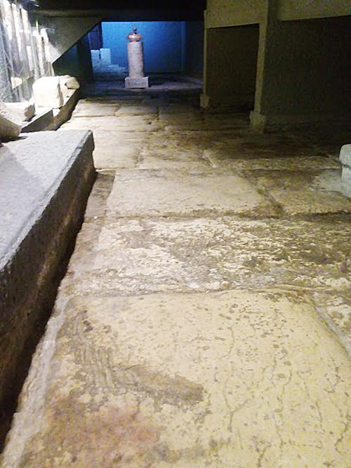 """השער הרומי הרחבה הפנימית המרוצפת (צילום: ד""""ר אדם אקרמן)"""