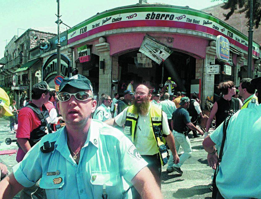 זירת הפיגוע במסעדת סבארו בירושלים - 9.8.2001 (צילום: איל ורשבסקי)
