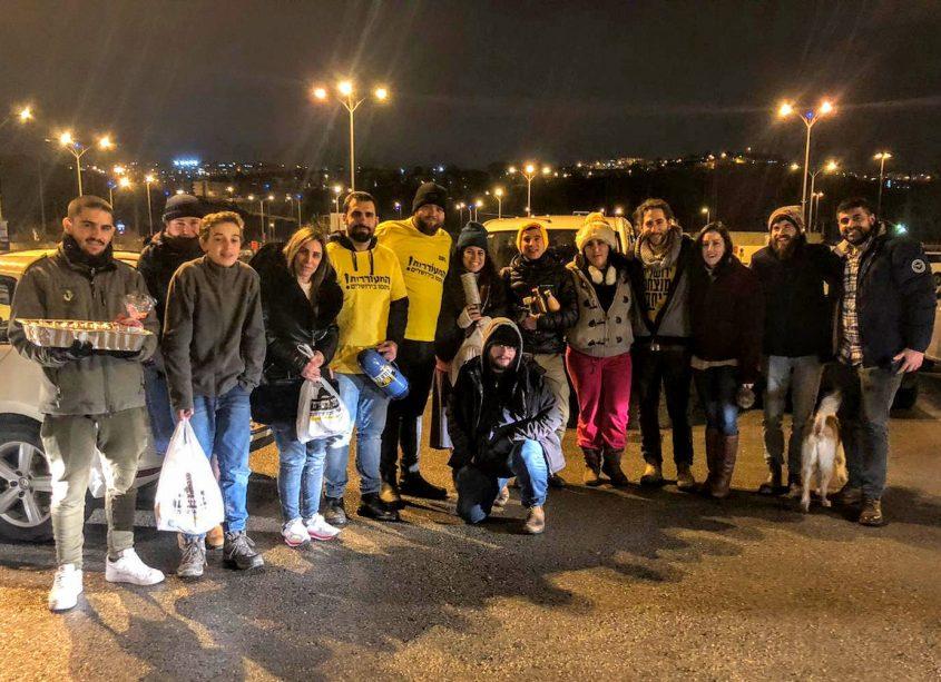 פעילי התעוררות מחלקים תה ומרק חם לאנשי הביטחון בירושלים (צילום: התעוררות)