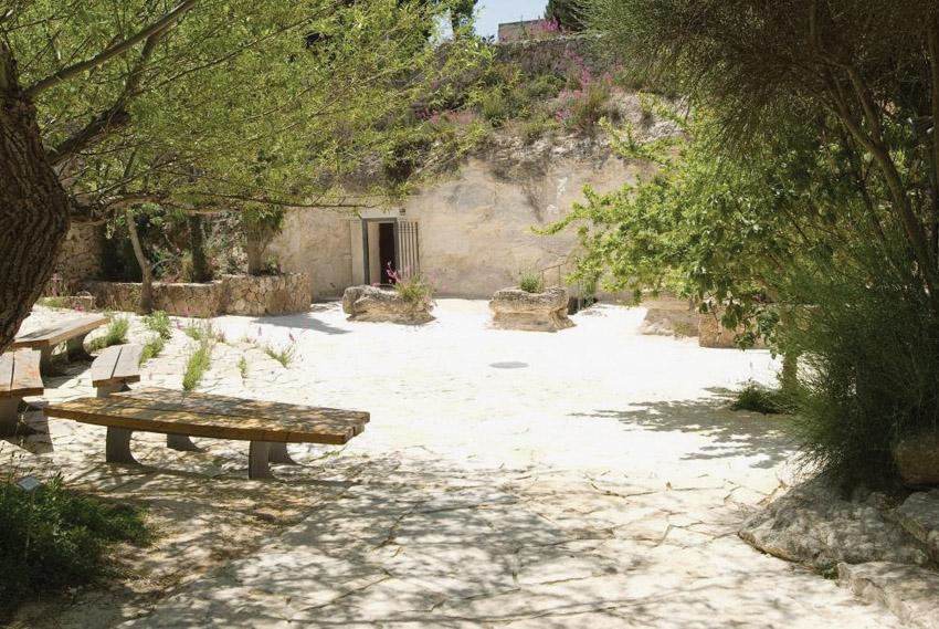 מערת ניקנור בגן הבוטני בהר הצופים (צילום: באדיבות מני נוימן - מנהל הגן הבוטני בהר הצופים)