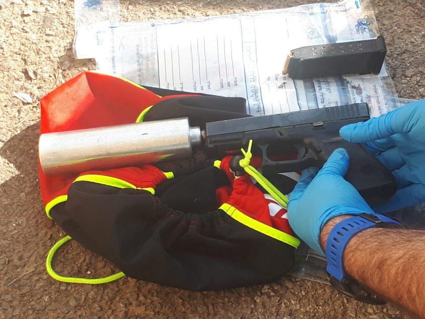 האקדח שנמצא שלפי החשד שימש את החשוד נגד אלי אריש (צילום: דוברות המשטרה)
