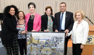 """הנהלת ויצו מעניקה ציור של ירושלים לראש העיר. (מימין) נשיאת ויצו העולמית אסתר מור, ראש העיר משה ליאון, האמנית ברוורלי גאן סטיואט, יו""""ר ויצו היוצאת פרופ' רבקה לזובסקי, נשיאת ויצו אנגליה מישל פולק ויו""""ר ויצו אנגליה רונית ריבק מדרי (צילום: כפיר סיון)"""