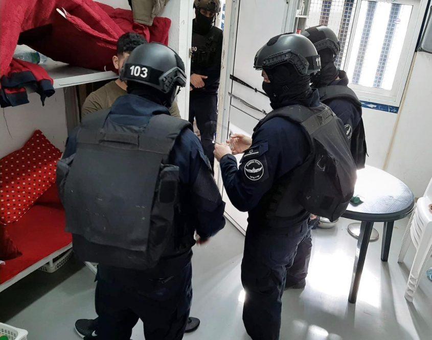 """כלא עופר - חיפוש בתאים אחרי תקיפת סוהר (צילום: דוברות שב""""ס)"""