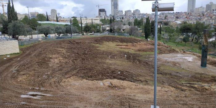 אתר האנדרטה לזכר הרוגי המצור על לנינגרד בגן סאקר, הבוקר (צילום: דוברות עיריית ירושלים)
