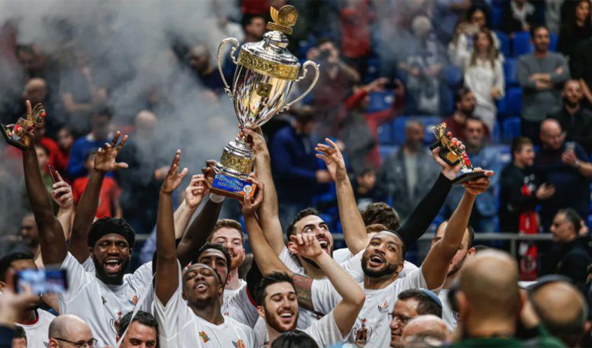 שחקני הפועל ירושלים מניפים את גביע המדינה (צילום: ניר קידר)