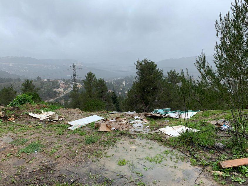הפסולת שהושלכה ביער ירושלים (צילום: פרטי)