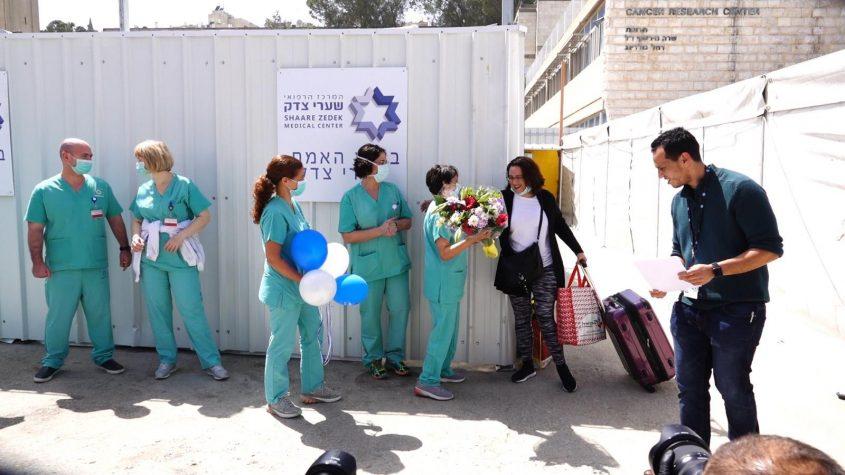 שמחה פרידמן, חולת קורונה מס' 77, משתחררת מבית החולים שערי צדק אחרי שהבריאה (צילום: שמחה פרידמן)