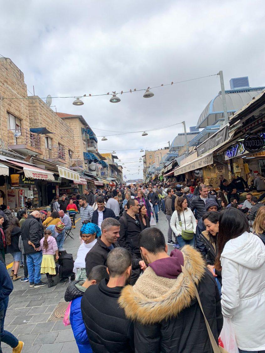 שוק מחנה יהודה עמוס ביום הבחירות לכנסת (צילום: רון ירקוני, יחסי ציבור)
