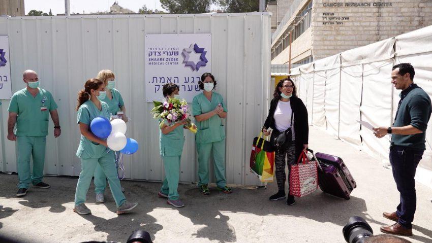 שמחה פרידמן, חולת קורונה מס' 77, משתחררת מבית החולים שערי צדק אחרי שהבריאה (צילום: שערי צדק)