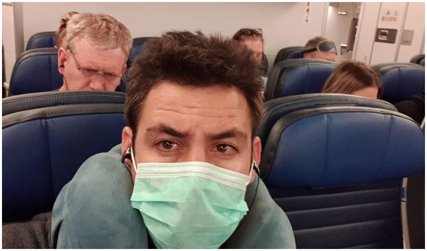 עופר ברקוביץ במטוס בחזרה לישראל (צילום: מתוך פייסבוק)