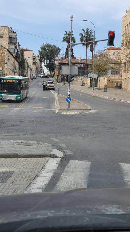 ניידות משטרה סוגרות רחובות במאה שערים (צילום: א. כהן)