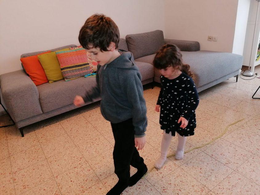 ילדיה של רותי זינדל-אוכמן בבית (צילום: רותי זינדל-אוכמן)
