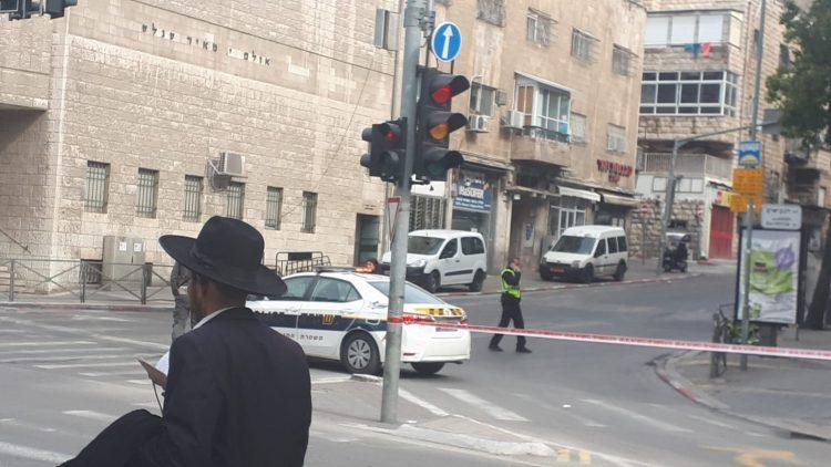 ניידות משטרה סוגרות רחובות במאה שערים (צילום: מנחם קולדצקי)