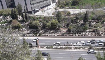 ניידת משטרה חוסמת את הנסיעה בכביש בגין (צילום: פרטי)