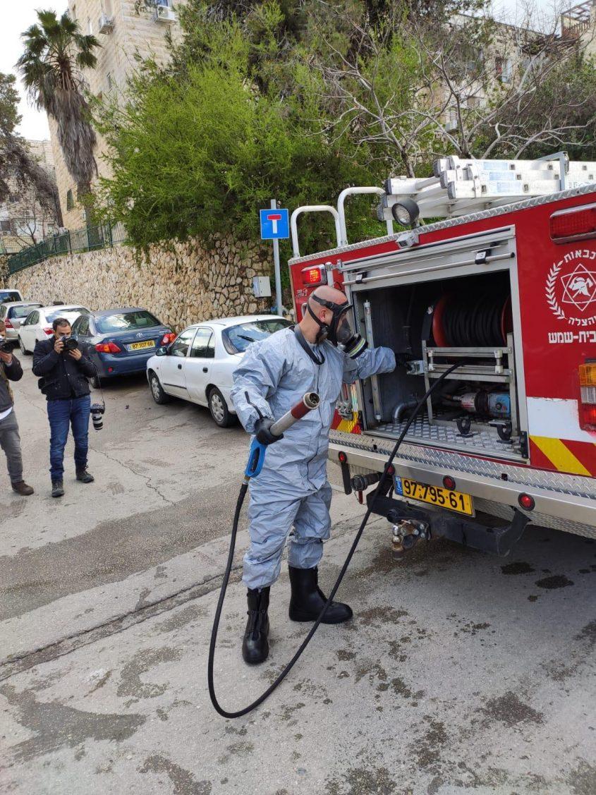 פעולות החיטוי שבוצעו בקרית יערים (צילום: דוברות כבאות והצלה ירושלים)