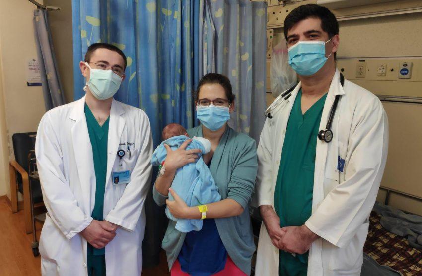 """(מימין) ד""""ר איציק ביטון, חן דנציגר ובנה הטרי וד""""ר דוד קיניגן (צילום: דוברת הדסה)"""