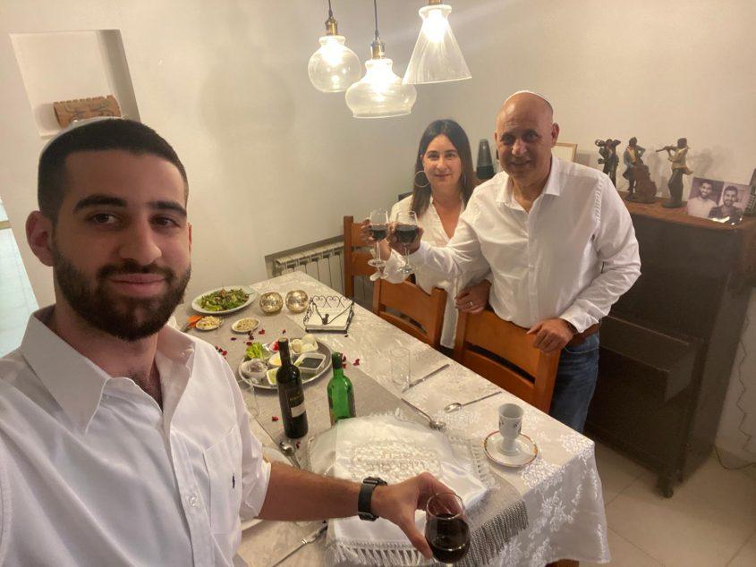 ליל סדר 2020, בבית של חבר המועצה ומחזיק תיק העסקים יהודה בן יוסף עם אשתו ובנו (צילום: פרטי)