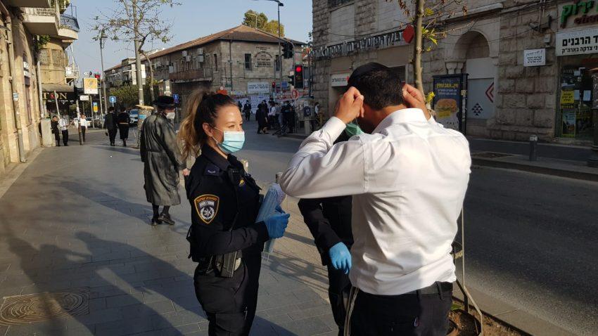 מתן אזהרות לאזרחים שמסתובבים ללא מסכות (צילום: דוברות המשטרה)