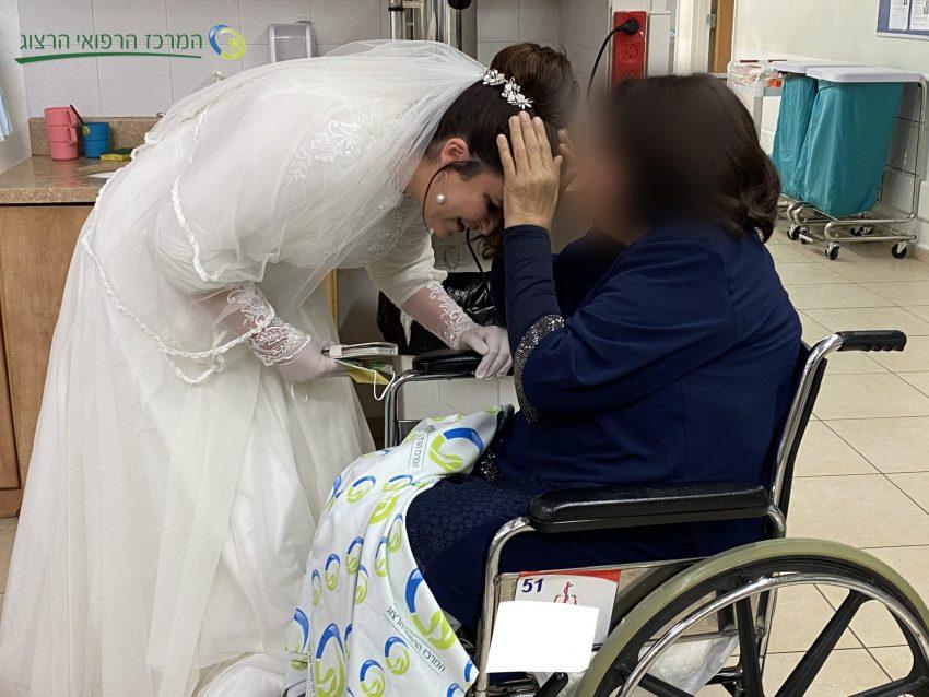 הכלה יעל ואמה שמאושפזת במרכז הרפואי הרצוג בירושלים (צילום: דוברות הרצוג)