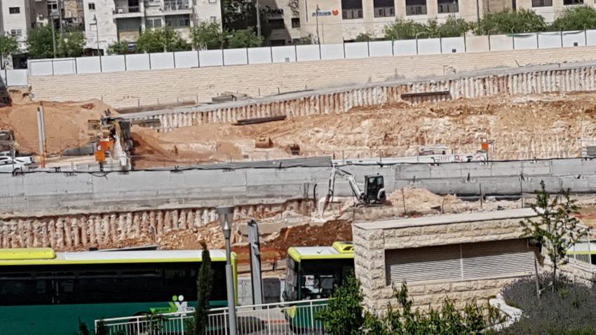 מקומם: עבודות החפירה של עיריית ירושלים בכניסה לעיר נמשכו בזמן הצפירה ליום השואה