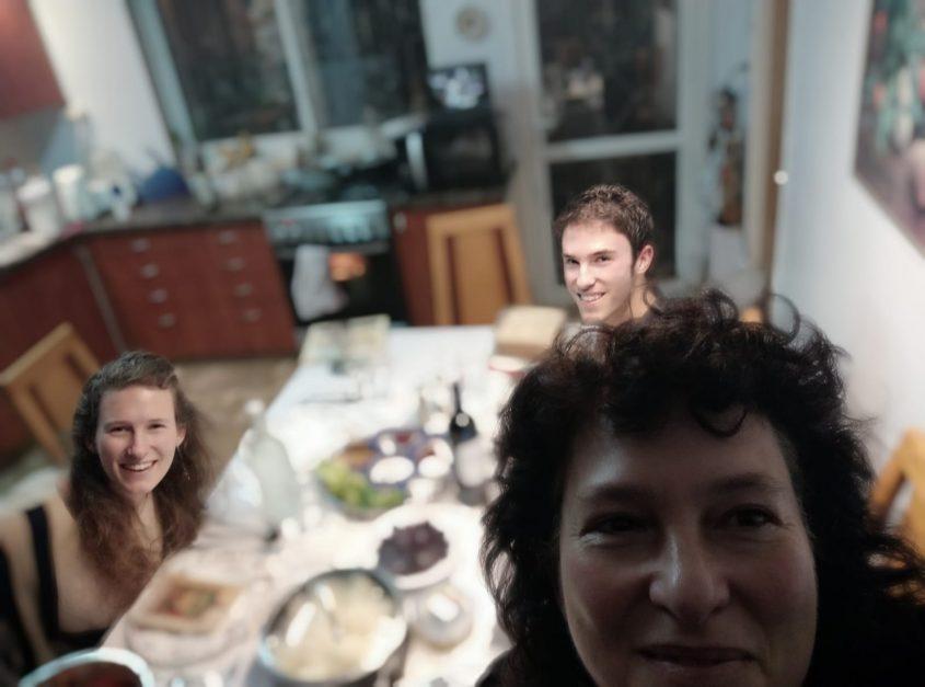 """ליל סדר 2020, חברת המועצה ד""""ר לורה ורטון ושני ילדיה, בית הכרם (צילום: פרטי)"""