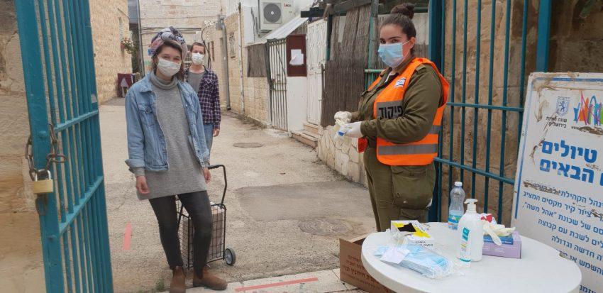 חלוקת מנות מזון בירושלים, בעת משבר הקורונה (צילום: עיריית ירושלים)