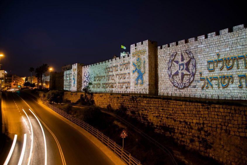 מיצג תמיכה במשטרת ירושלים על גבי חומות העיר העתיקה (צילום: דוברות המשטרה)