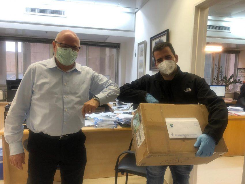 אביתר עזרא עובד חברת הגיחון מביא את תרומת המסכות לפרו'פ יורם וייס מנהל הדסה עין כרם (צילום: הגיחון)