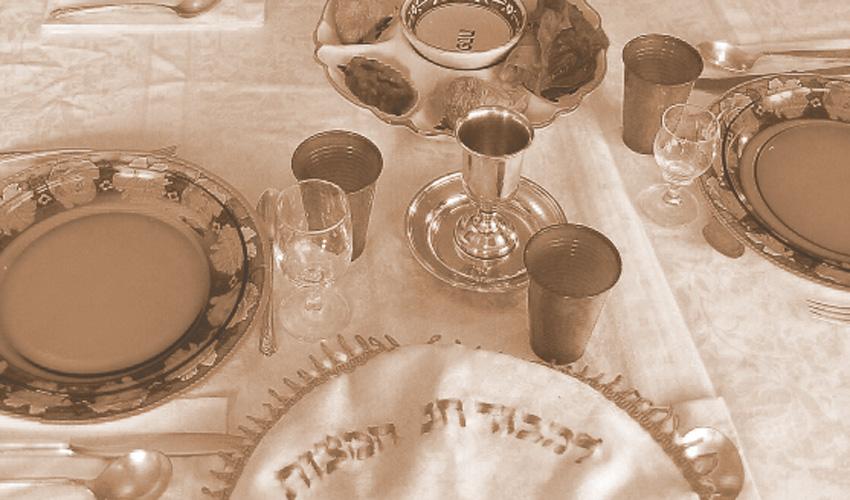 שולחן סדר (צילום: Gilabrand at en wikipedia)