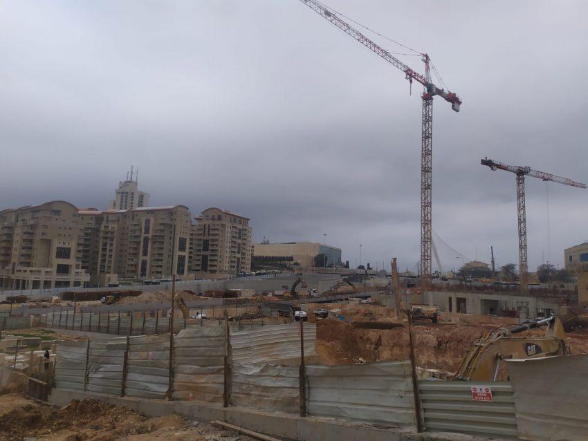 עבודות בפרויקט הכניסה לעיר בזמן צפירת הזיכון ליום השואה (צילום: פרטי)
