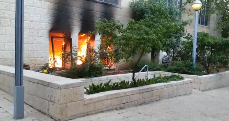 השריפה כעת בכיכר ספרא (צילום: ג'קי לוי)