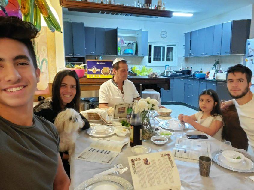 """ליל סדר 2020, בית משפחת אביחיל, בעלי """"קפה אביחיל"""" - שלומי דניאל, גליה אביחיל דניאל והילדים איתי, עידו ונויה (צילום: פרטי)"""