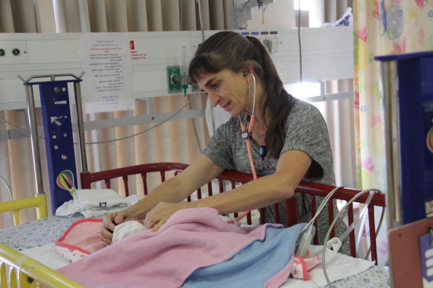"""ד""""ר רבקה ברוקס ביחידה לטיפול נמרץ ילדים - התמונה צולמה לפני משבר הקורונה (צילום: דוברות הדסה)"""