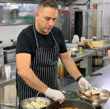 """שף אבי לוי במסעדת """"המוציא"""" (צילום: רון ירקוני יחסי ציבור)"""