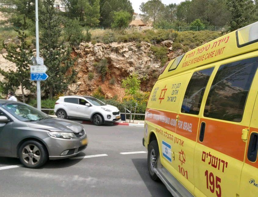 """סמוך לזירת התאונה - סמוך לגן החיות התנ""""כי (צילום: ישי לוי, תיעוד מבצעי מד""""א)"""