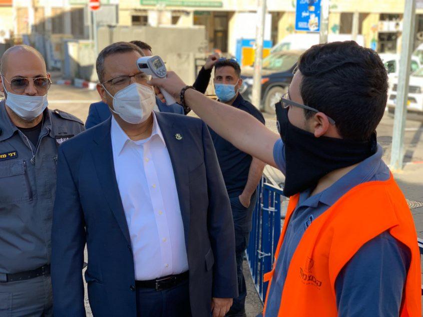 ראש העיר משה ליאון בשוק מחנה יהודה, הבוקר (צילום: רון ירקוני יחסי ציבור)